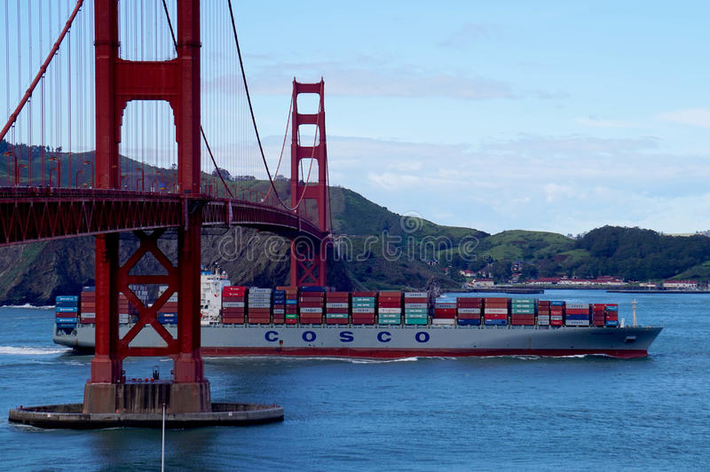 Le cargo de Cosco passe sous golden gate bridge en San Fransisco image stock