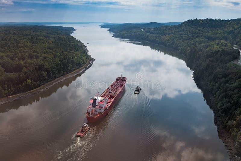 Le cargo navigue vers le haut de la rivière de Penobscot à l'Océan Atlantique photo libre de droits
