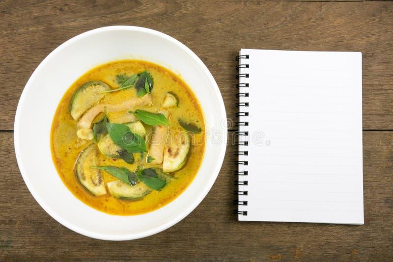 Le cari vert thaïlandais fait maison délicieux avec du porc (bande Keaw blême) dans la cuvette blanche et le carnet vide photos libres de droits