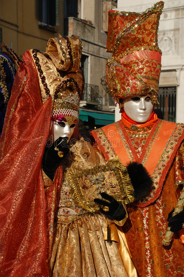 le carnaval costume l'orange Venise de couples images stock