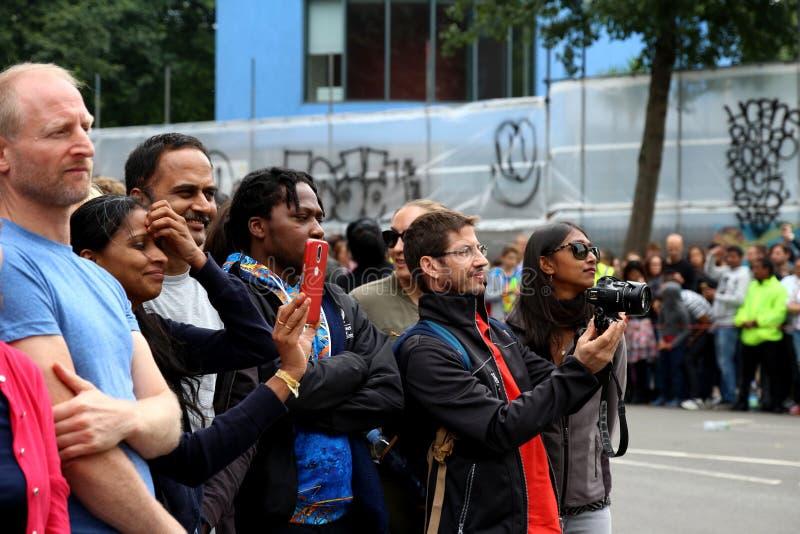 Le carnaval de Notting Hill beaucoup de spectateurs, assistance et photographies a heureusement salué le défilé photographie stock libre de droits