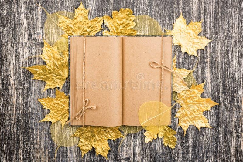 Le carnet de papier d'emballage avec l'érable d'or d'automne part photos libres de droits