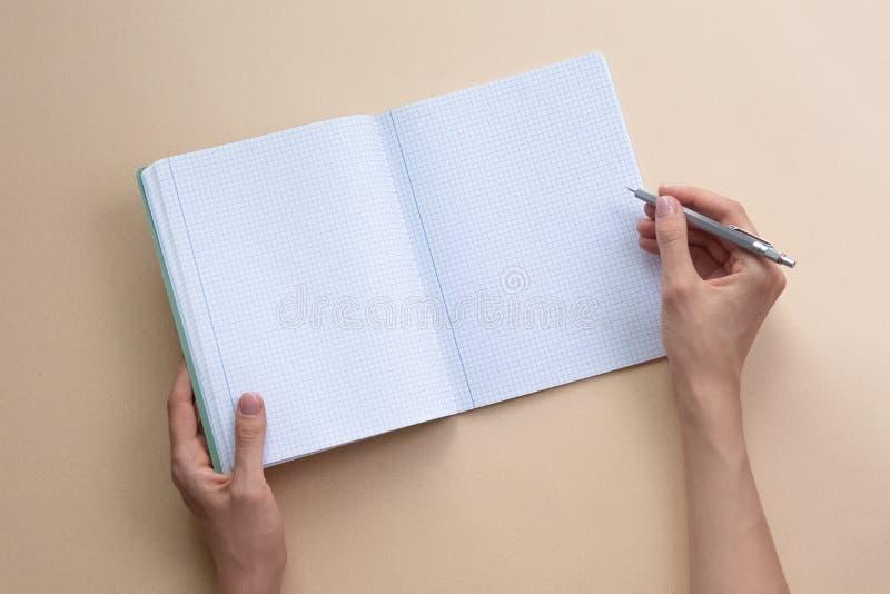 Le carnet de participation de femme sur le fond de couleur Endroit pour votre texte images stock