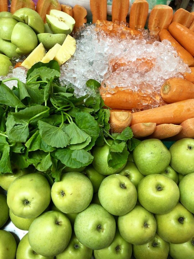 Le carote Centella delle mele asiatica o kora di Gotu ghiaccia i frutti sani fotografia stock libera da diritti