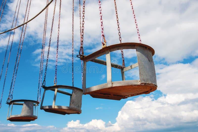 Le carrousel à l'ancienne avec fond bleu ciel image libre de droits