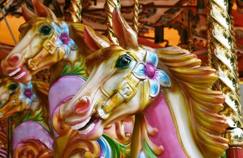 Le carrousel/joyeux vont des chevaux de rond photographie stock