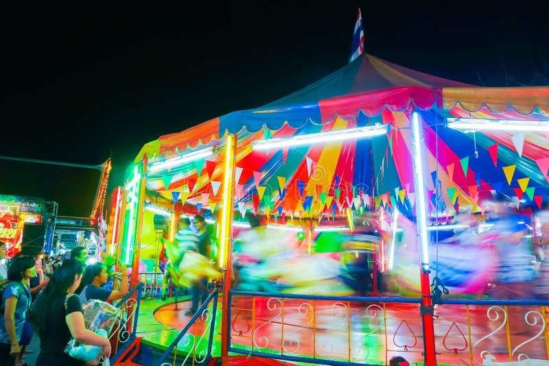 Le carrousel ou joyeux vont rond dans le style thaïlandais photographie stock