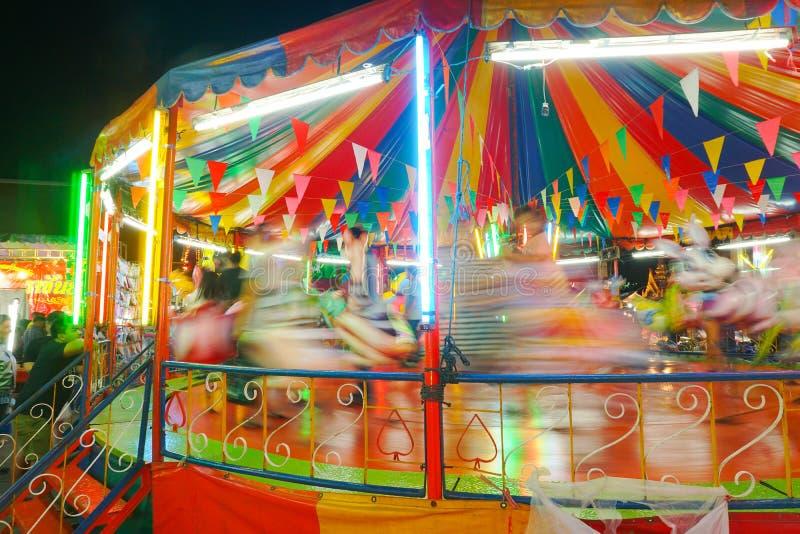 Le carrousel ou joyeux vont rond dans le style thaïlandais photos stock