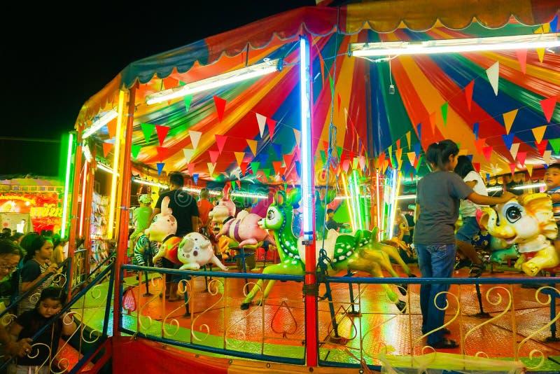 Le carrousel ou joyeux vont rond dans le style thaïlandais photo libre de droits