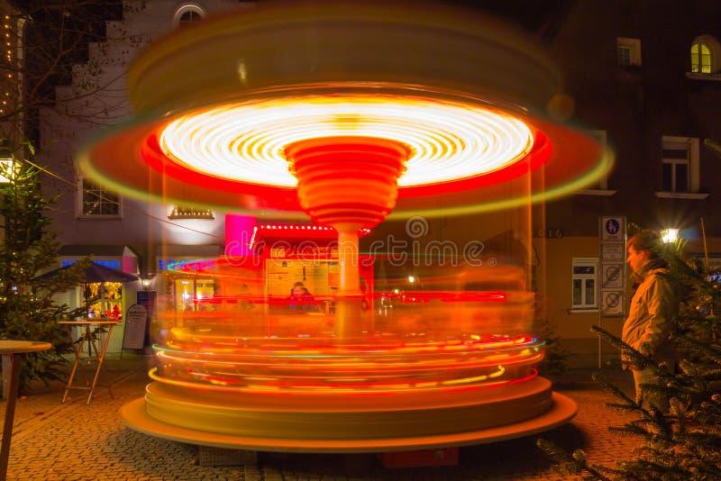 Le carrousel tourne - la ville bavaroise de Noël dans la soirée photos stock