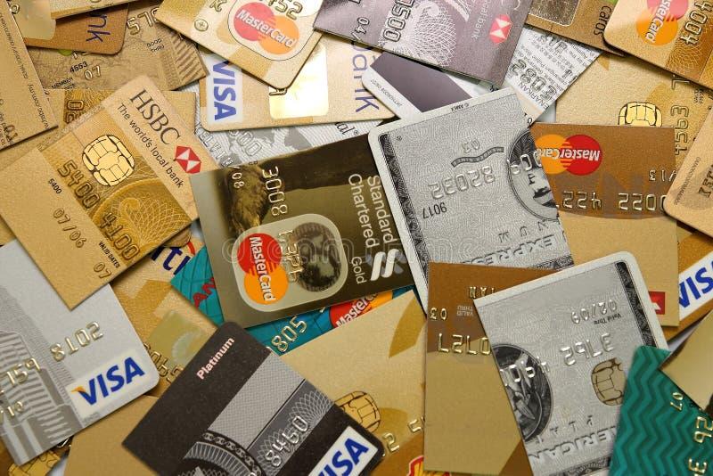 Le carte di credito hanno tagliato in metà immagini stock