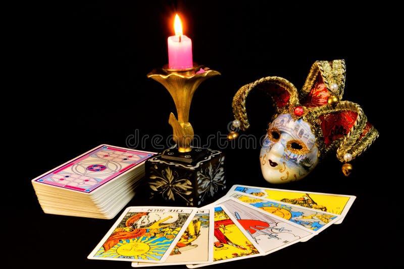 Le carte di tarocchi sono simboli antichi, per divinazione, le previsioni del passato, il futuro, la candela ed il giullare della immagini stock