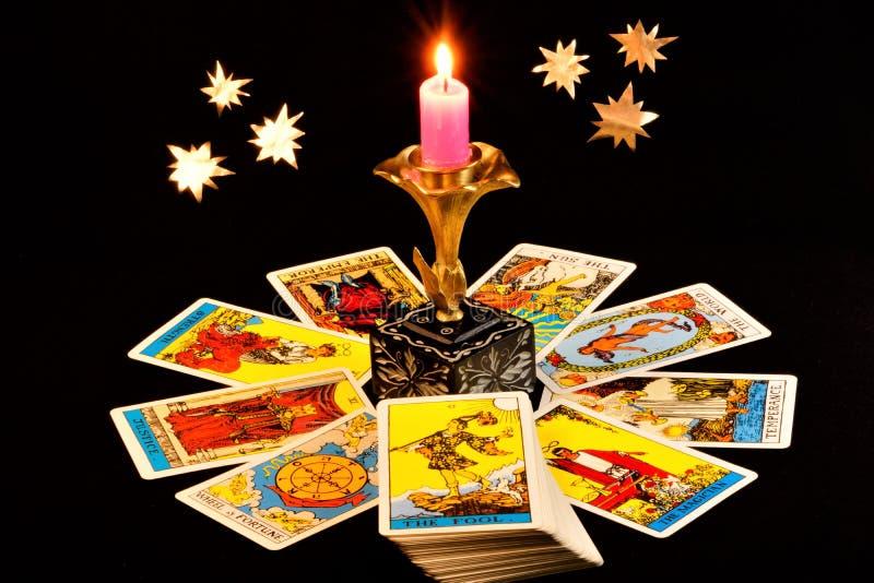Le carte di tarocchi sono un sistema di segni che è comparso nei medio evo nel secolo di XIV-XVI, al giorno d'oggi utilizzato per fotografia stock