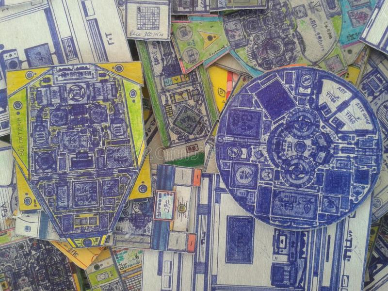 Le carte hanno allineato con una penna, nell'ambito della somiglianza dei mezzi di comunicazione tecnici immagine stock