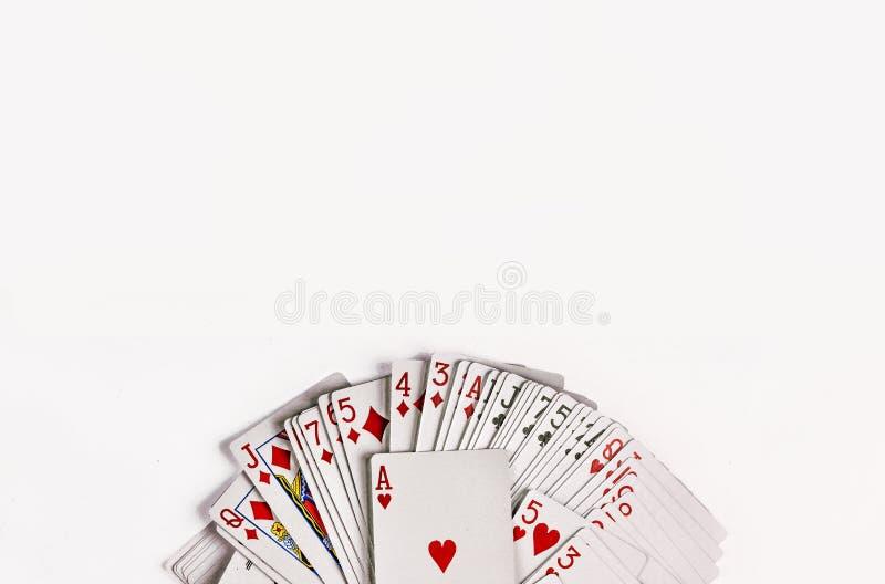 Le carte per il gioco del poker sono isolate su fondo bianco fotografie stock