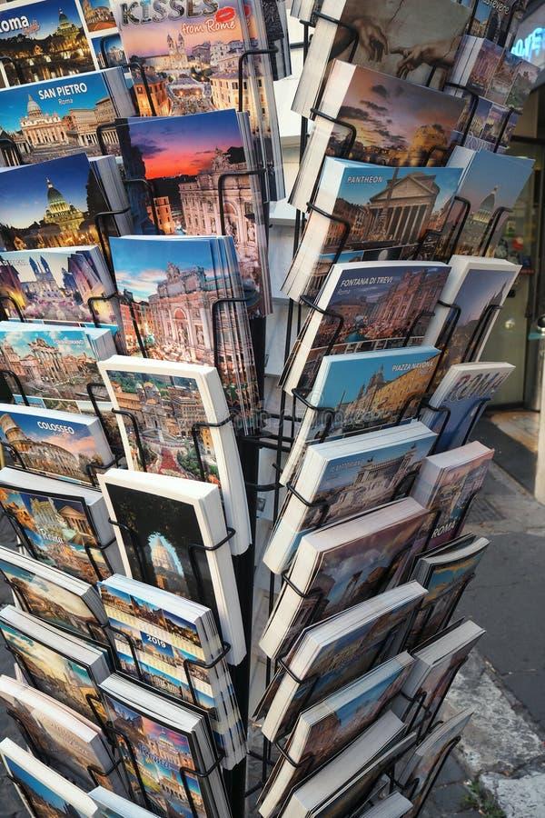 Le cartoline stanno a Roma, Italia fotografia stock libera da diritti
