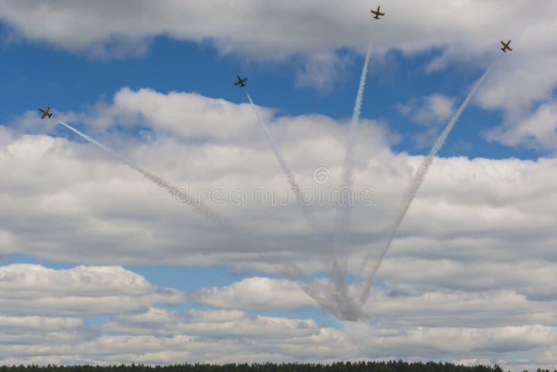 Le cascade acrobatique surface RUS de l'ALCA L-159 aérien sur l'air photo libre de droits