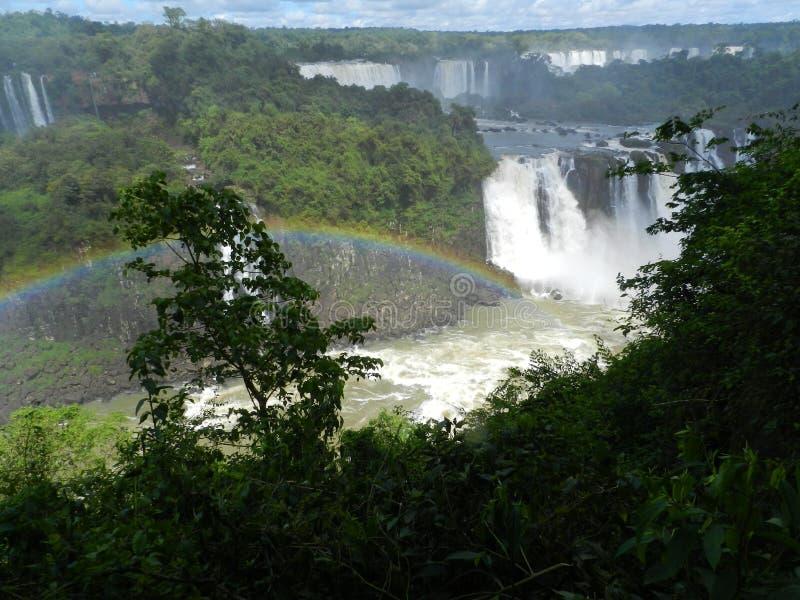 Le cascate di Iguazu con l'arcobaleno fotografie stock