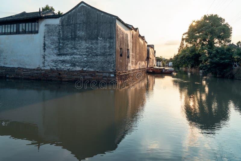 Le case antiche di Suzhou lungo il fiume immagini stock libere da diritti