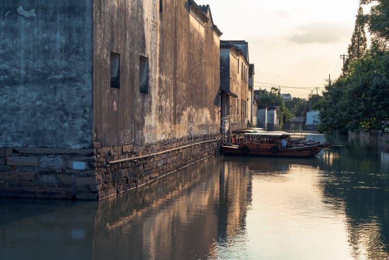 Le case antiche di Suzhou lungo il fiume immagine stock libera da diritti