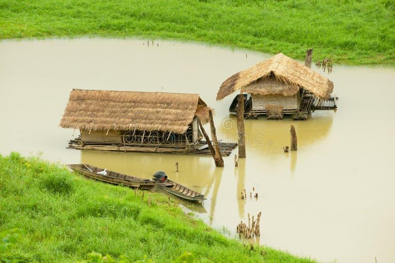 Le case di galleggiamento di bamb? tradizionali con paglia hanno coperto i tetti al fiume di Kalia di canzone in Sangkhlaburi, Ta fotografie stock