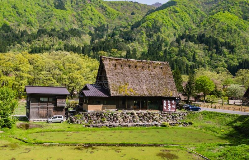 Le case di Gassho-zukuri dentro Shirakawa-vanno immagine stock libera da diritti