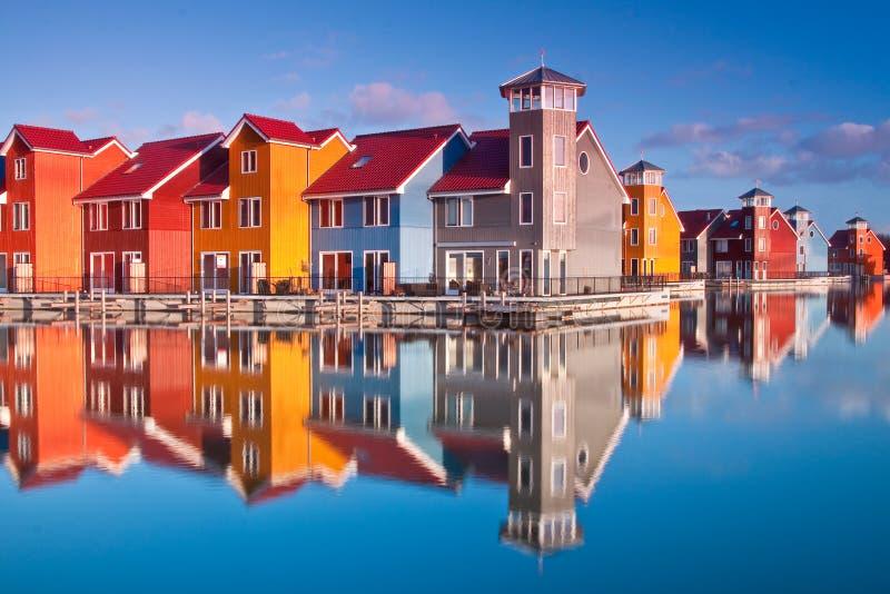 Le case di legno variopinte si avvicinano all'acqua immagini stock libere da diritti