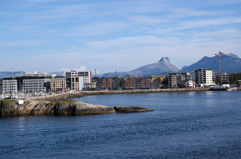 Le case ed i cantieri urbani sulla montagna parteggiano in Bodo fotografie stock libere da diritti