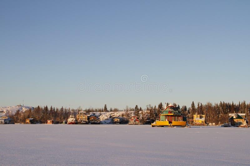 Le case galleggianti su Yellowknife abbaiano in grande schiavo Lake al tramonto immagine stock libera da diritti