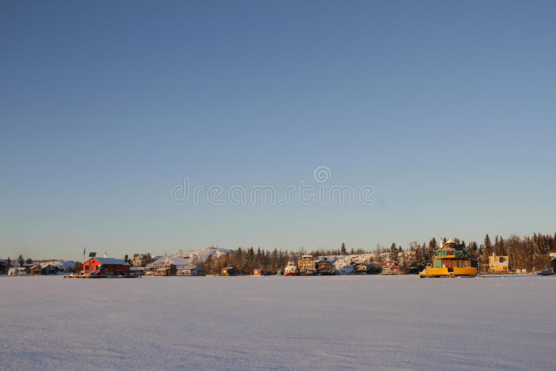 Le case galleggianti su Yellowknife abbaiano in grande schiavo Lake al tramonto fotografia stock