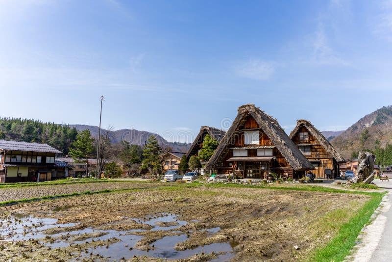 Le case stile Gassho giapponesi dentro Shirakawa-vanno villaggio tradizionale immagini stock
