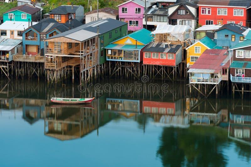 Le case tradizionali del trampolo sanno come palafitos nella città di Castro all'isola di Chiloe nel Cile immagine stock