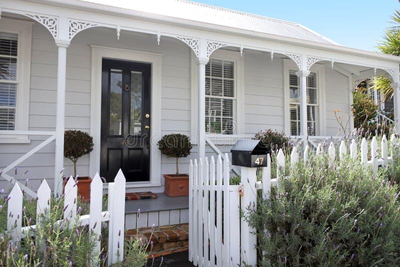 Le case tradizionali fronteggiano in sobborgo a Auckland Nuova Zelanda immagini stock libere da diritti