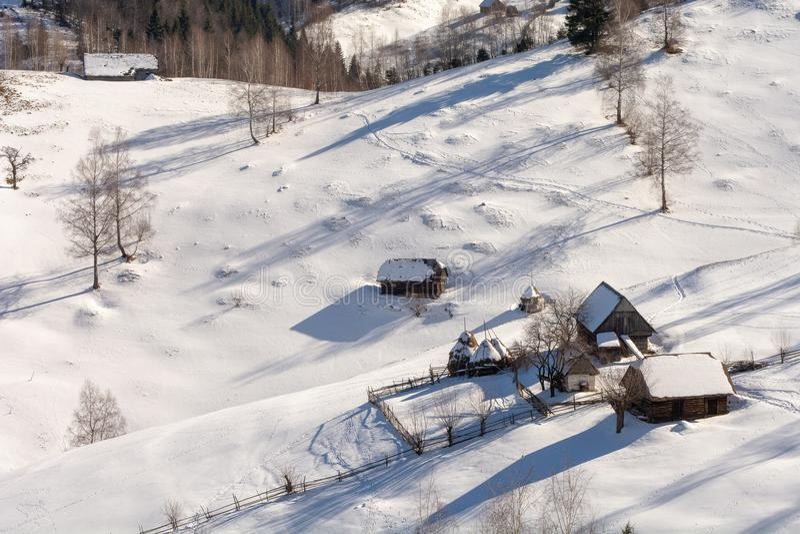 Le case tradizionali l'inverno in Romania, la Transilvania in montagne carpatiche abbelliscono fotografie stock libere da diritti