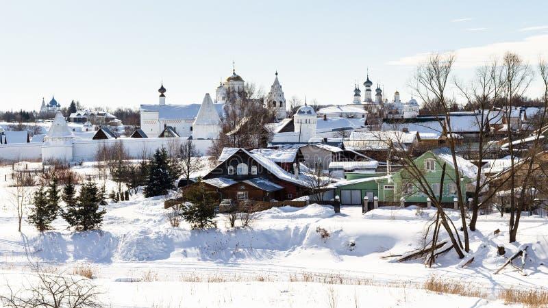 le case urbane si avvicinano alle pareti del monastero di Pokrovsky fotografia stock