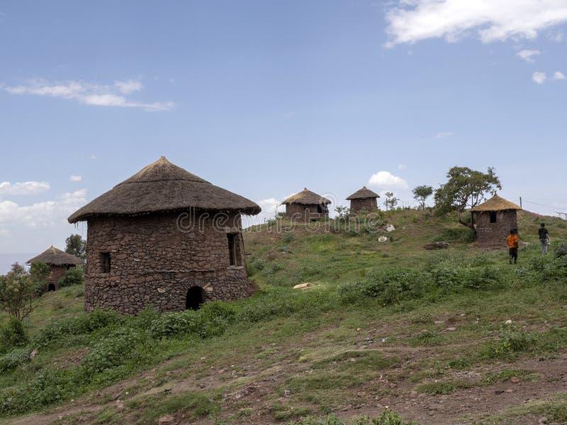 Le casette tradizionali sono situate sui pendii, Lalibela, Etiopia fotografie stock