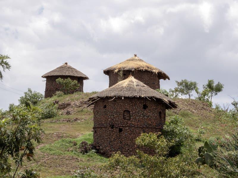 Le casette tradizionali sono situate sui pendii, Lalibela, Etiopia fotografia stock