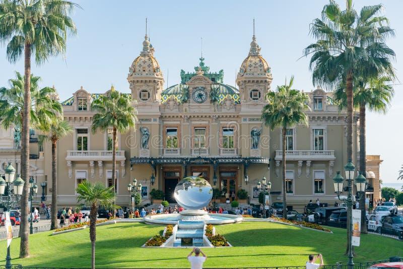 Le casino célèbre Monte Carlo avec la sculpture en miroir d'Anish Kapoor photos stock
