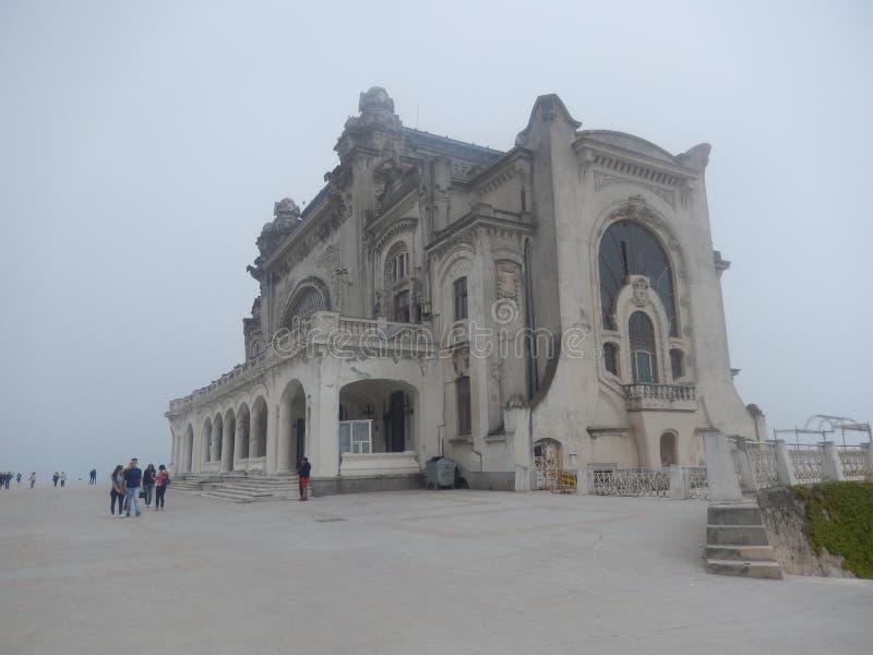 Le casino de Constanta dans Misty Day près de la Mer Noire Roumanie photographie stock libre de droits