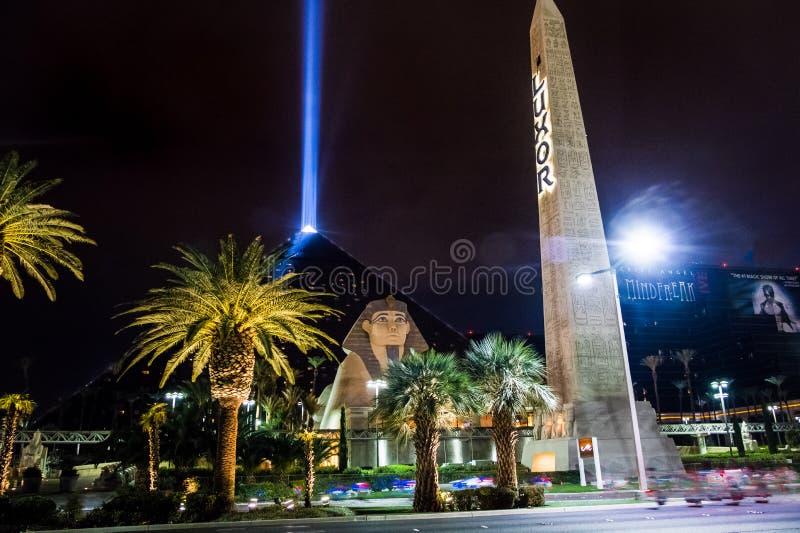Le casino et le ciel d'hôtel de Louxor rayonnent la nuit - Las Vegas, Nevada, Etats-Unis photos stock