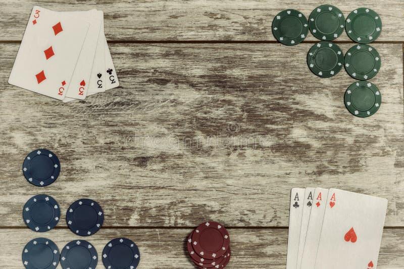 Le casino jouant des puces et les cartes de jeu sur un fond en bois clair sont présentés sur les bords avec la capacité de faire photos stock
