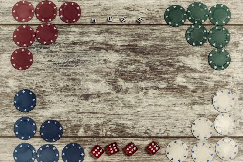 Le casino jouant des puces et les matrices sur un fond en bois clair sont pr?sent?s sur les bords avec la capacit? de faire une i photo libre de droits