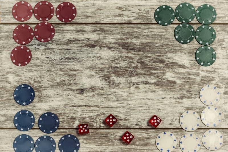 Le casino jouant des puces et les matrices sur un fond en bois clair sont pr?sent?s sur les bords avec la capacit? de faire une i images stock