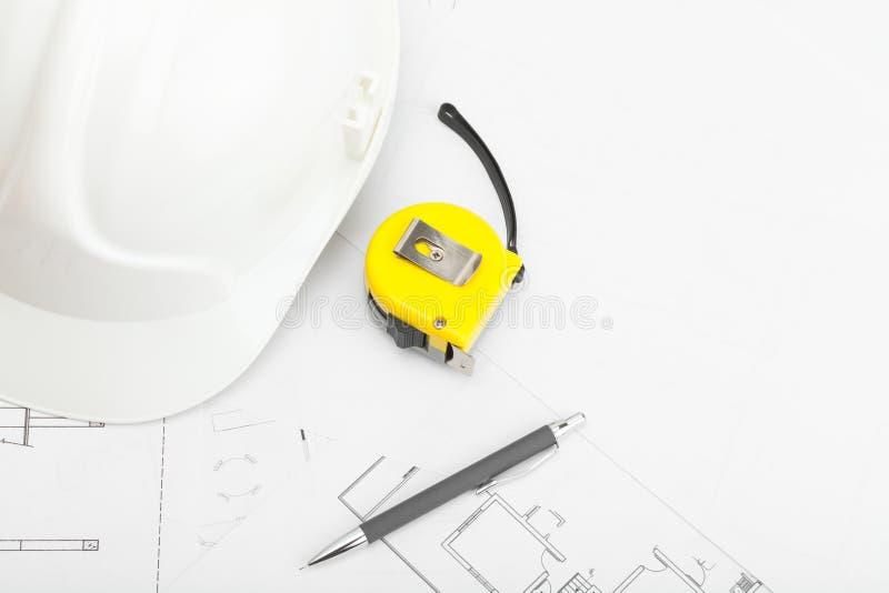 Download Le Casque De Construction Avec Le Crayon Et La Mesure Attachent Du Ruban Adhésif Près De Lui Photo stock - Image du entrepreneur, longueur: 77162538