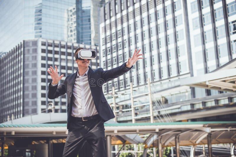Le casque de port VR de réalité virtuelle d'homme d'affaires caucasien imaginent au combat dans le ciel image stock