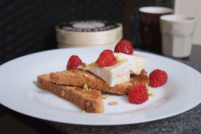 Le casse-croûte français de petit déjeuner a grillé la pistache de fromage de camembert de pain image libre de droits