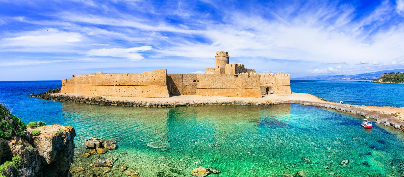 LE Castella, όμορφο μεσαιωνικό κάστρο στην Καλαβρία, Ιταλία στοκ εικόνες