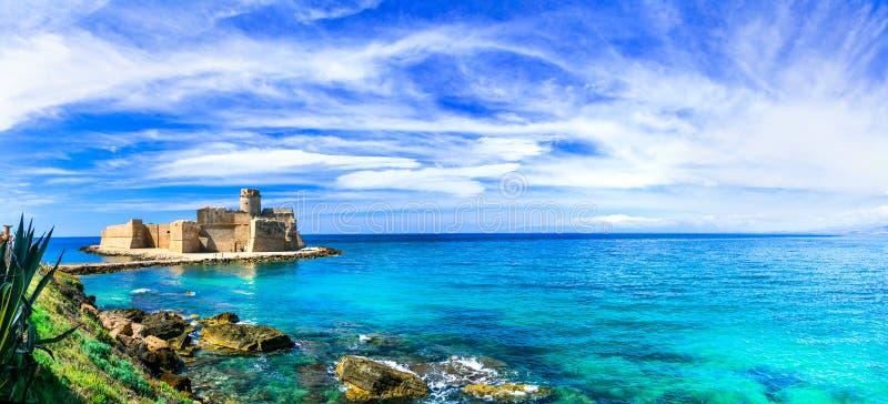 Le Castella, fantastiskt ställe med den gamla slotten, Calabria, Italien royaltyfri bild