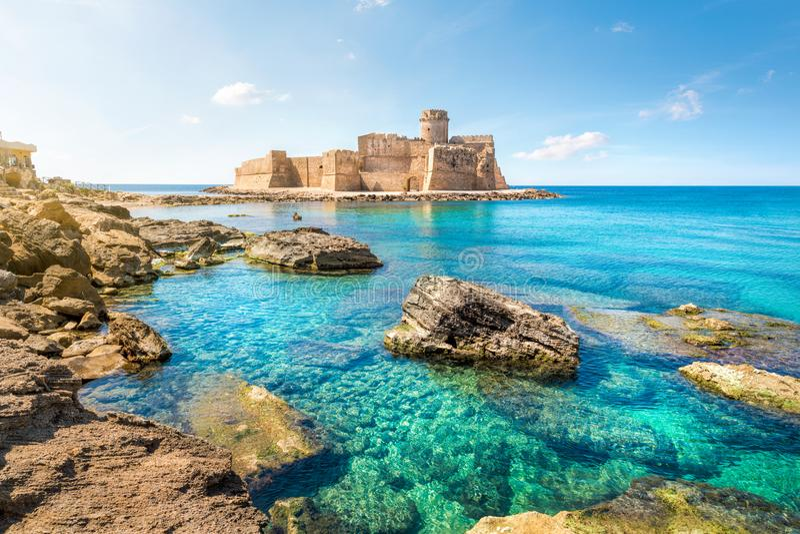 Le Castella på capoen Rizzuto, Calabria, Italien royaltyfri bild
