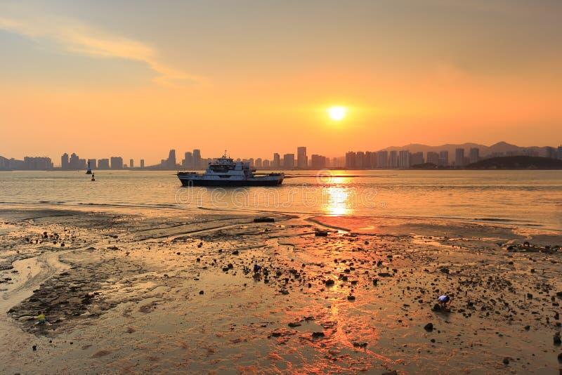 Le catamaran de coucher du soleil photos libres de droits